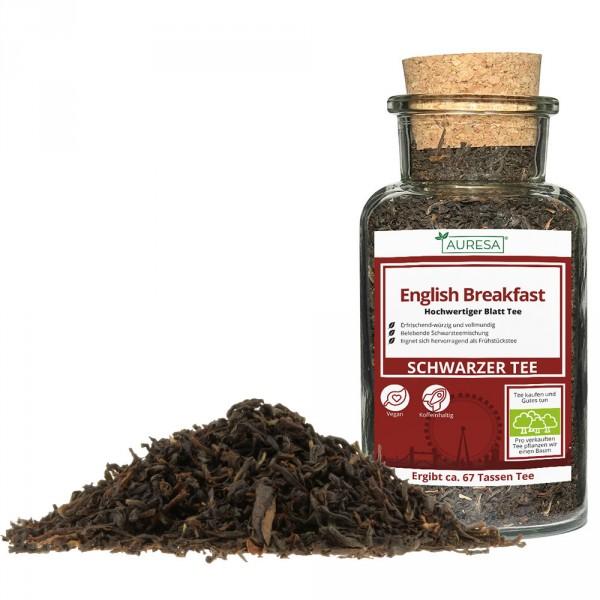 Beaucoup de mélange de thé noir English Breakfast dans le verre